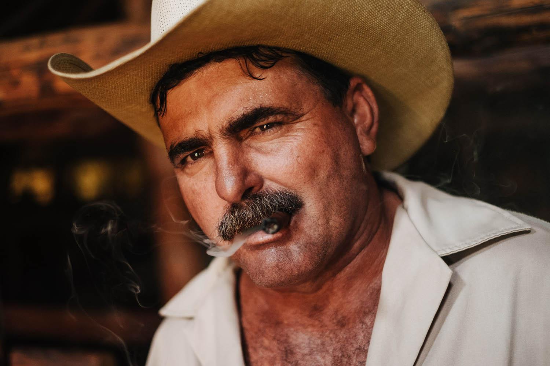 Mann mit Hut raucht eine Zigarette Tabakfarm Kuba