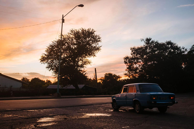 Ein Lada steht im Sonnenuntergang Kuba