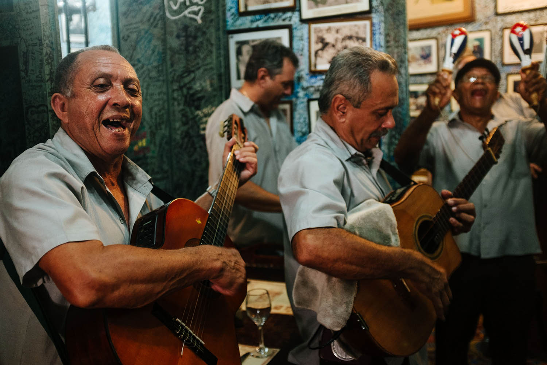Band spielt in einer Bar auf Kuba