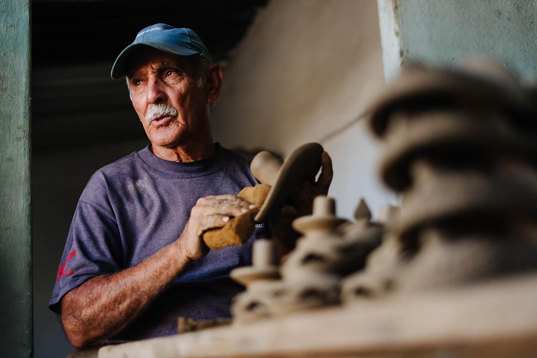 Mann an einer Töpferscheibe auf Kuba