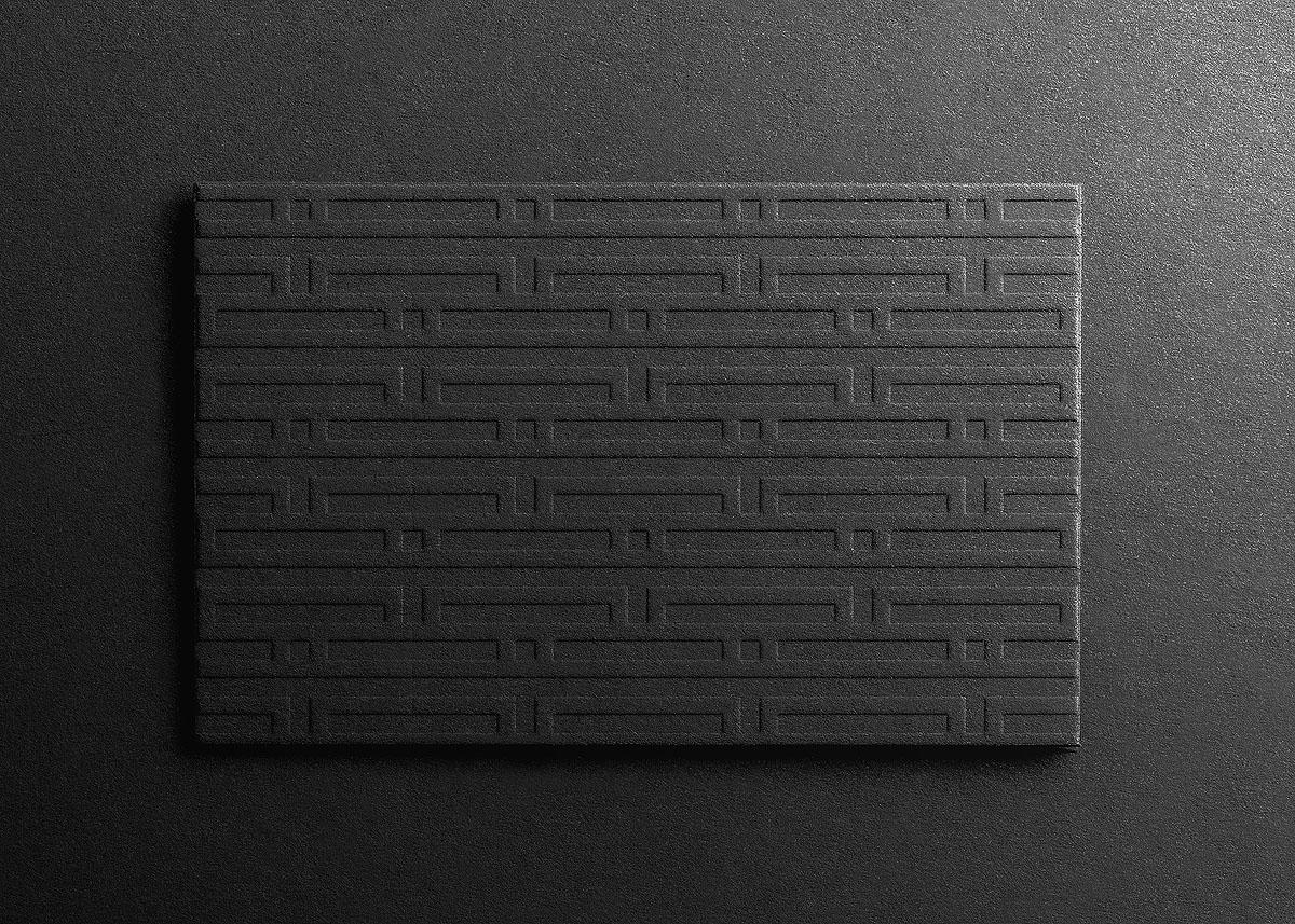 Logo Pattern Brandig ILDA & TOM geprägt auf schwarzem Karton